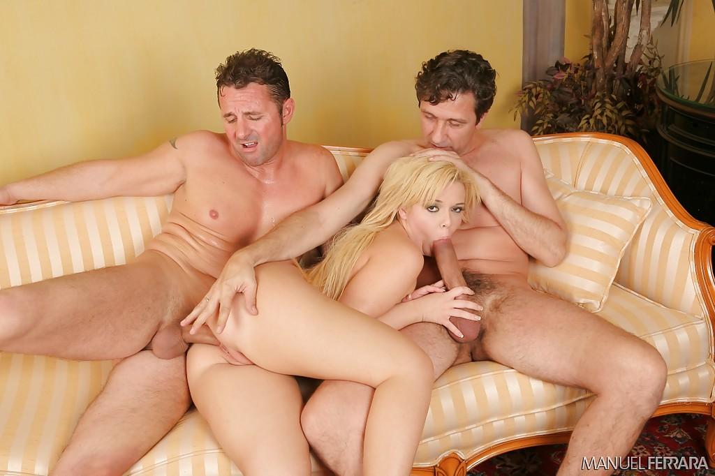 Блондиночка отсосала у парней и позволила им устроить двойное проникновение ххх фото. Порно блондинка.