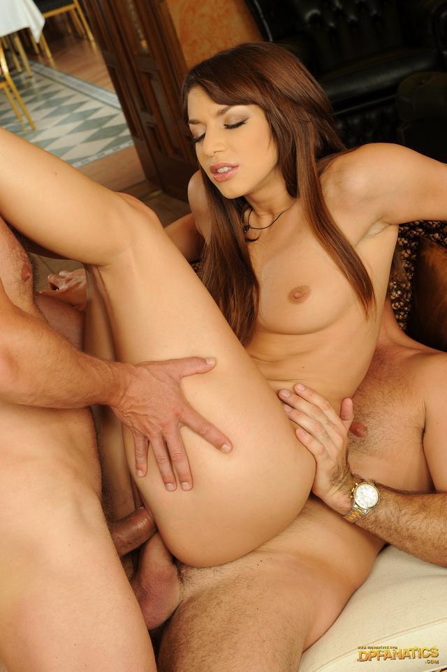 Красивая брюнетка с двумя огненными юнцами секс фото. Порно брюнетка.