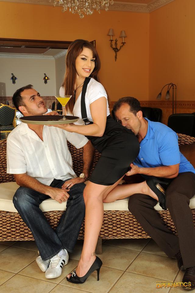 Красивая брюнетка с двумя огненными юнцами секс фото. Порно красивый.