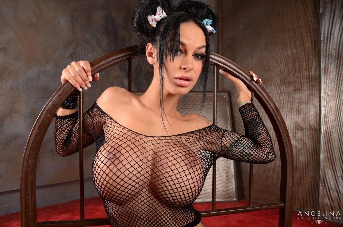 Порноактриса Анжелина Валентин демонстрирует свои крупные силиконовая грудь и дает всюду себя ебать. Порно Анжелина Валентин.