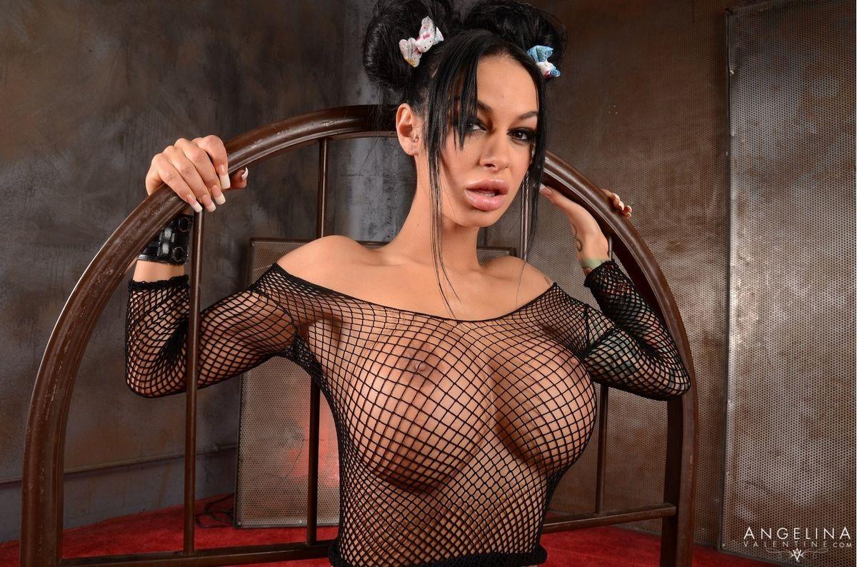 Порноактриса Анжелина Валентин демонстрирует свои крупные силиконовая грудь и дает всюду себя ебать. Порно анжелина.