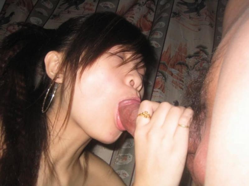 Девушка с узкими глазами с косичками заглатывает писюн у свого хахаля. Порно хер свого.