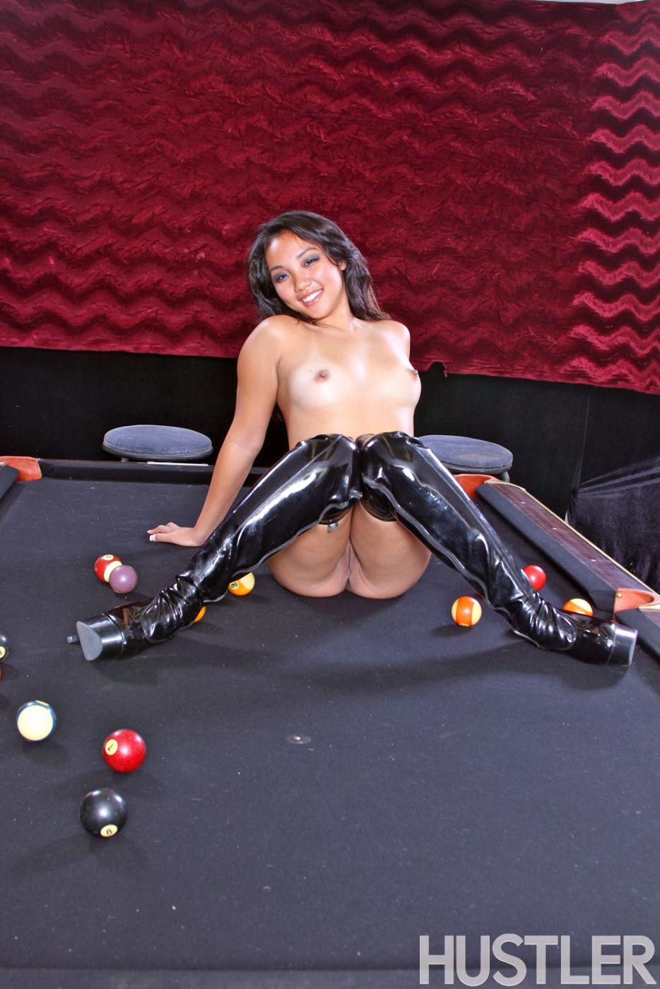 Чувственная тайка Katherine Lee снимает лифчик на бильярдном столе. Порно Katherine снимает трусики.
