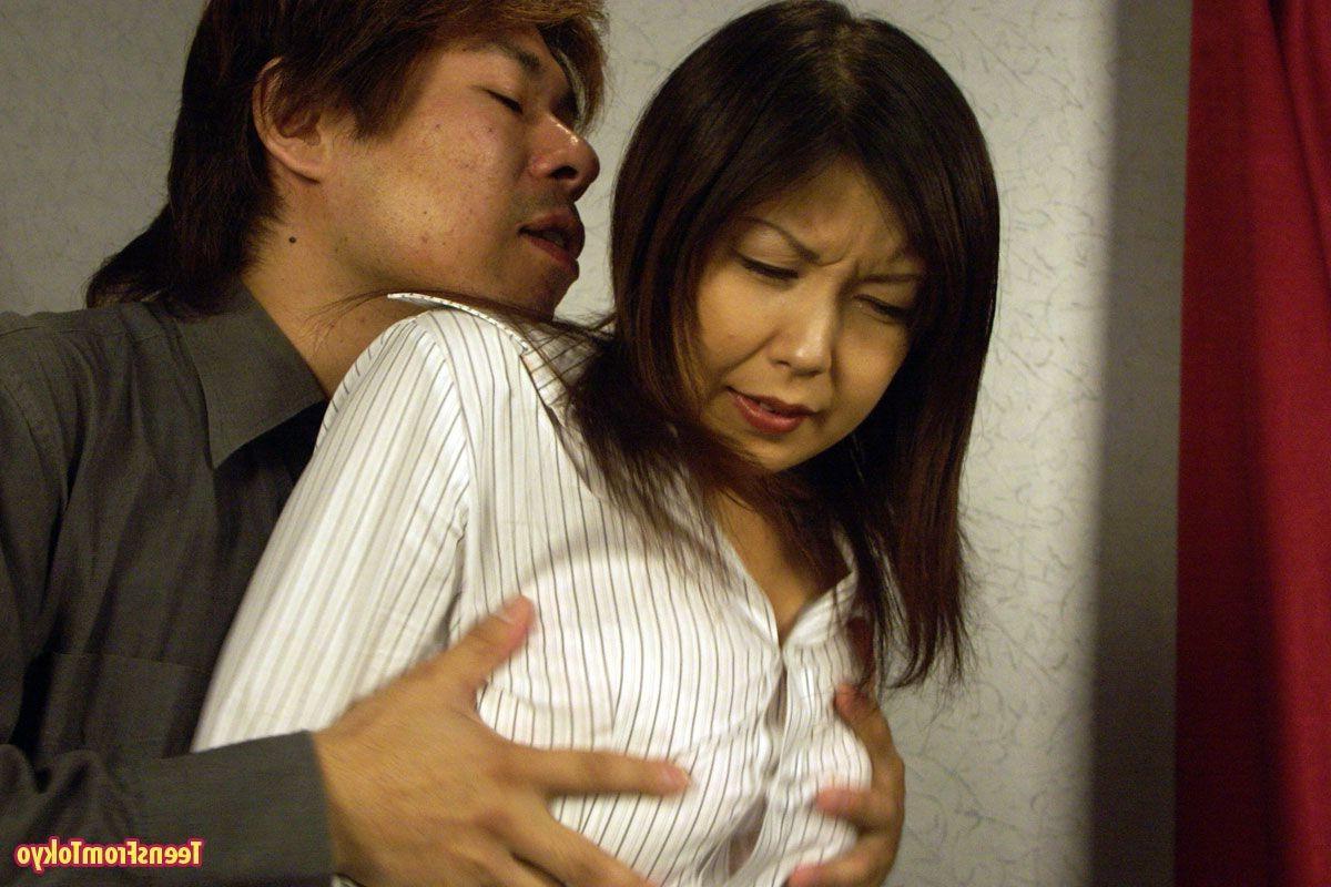 Японскую шалашовку соблазнительно унижают. Порно Японскую проститутку.
