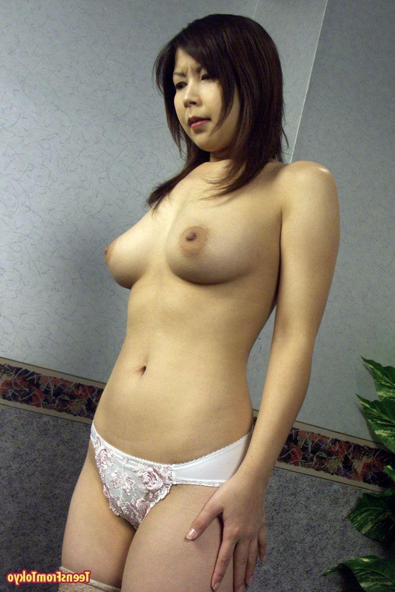 Японскую шалашовку соблазнительно унижают. Порно японский.