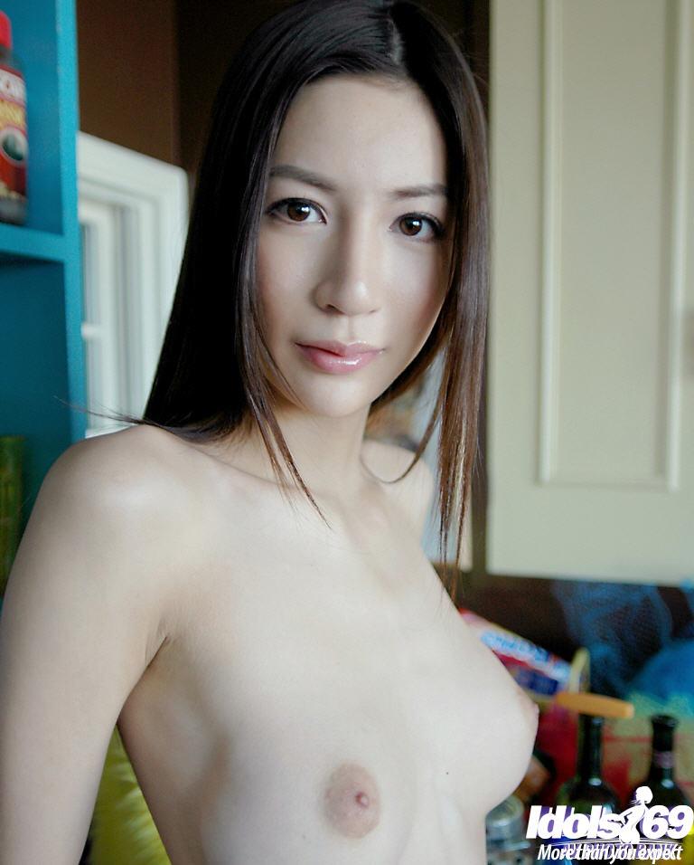 Китаянка с крупной грудью снимает трусики на полу фото порно. Порно крупный.