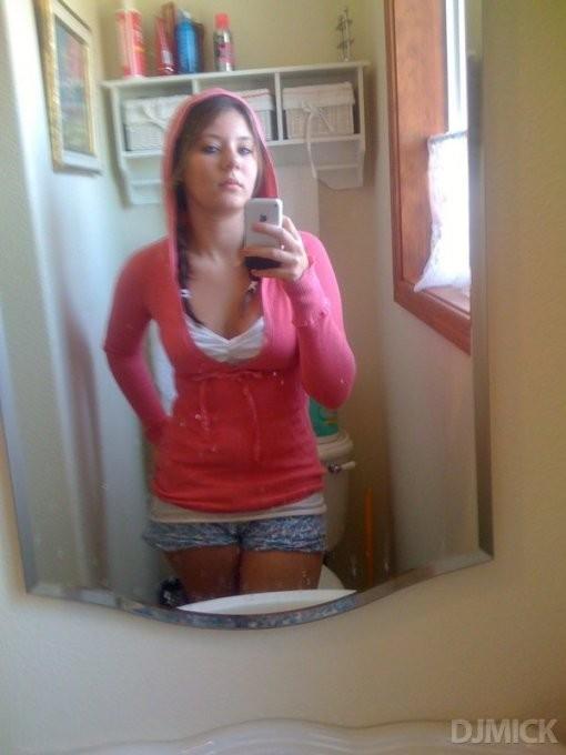 Подружки любуются отражением в зеркале. Порно любоваться.
