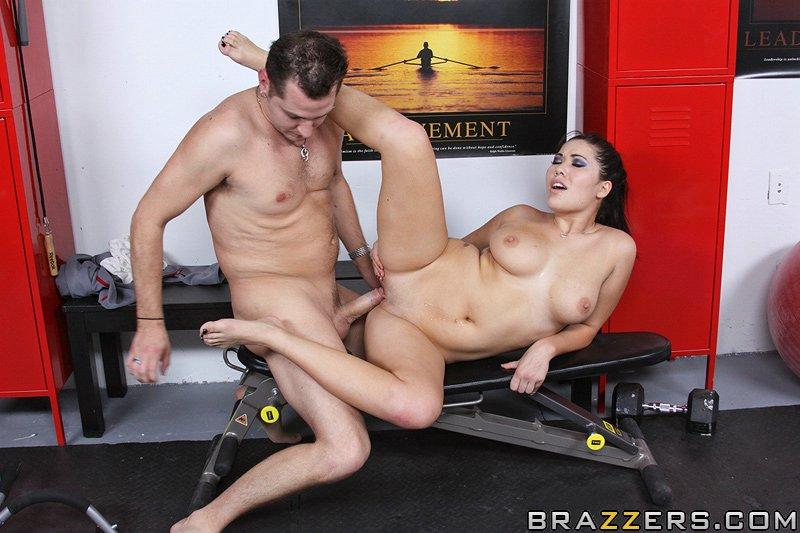 Сильный спортсмен доставляет удовлетворение азиаткеLondon Keyes. Порно сильный.