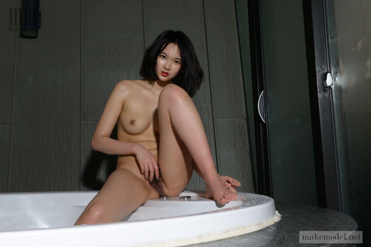 Суиджи - прекрасная японка с пушистой киской. Порно Суиджи изящная.