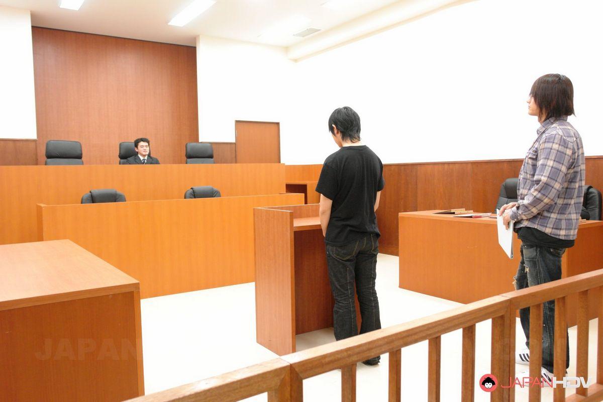 В суде китаянка разводит ножки перед судьей и адвокатом, небритая пися соблазняет всех мужиков. Порно китаянка.