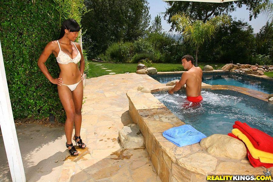 Титястая черная красоточка Evanni Solei трахнулась с белоснежным парнишкой в открытом бассейне. Порно черный.