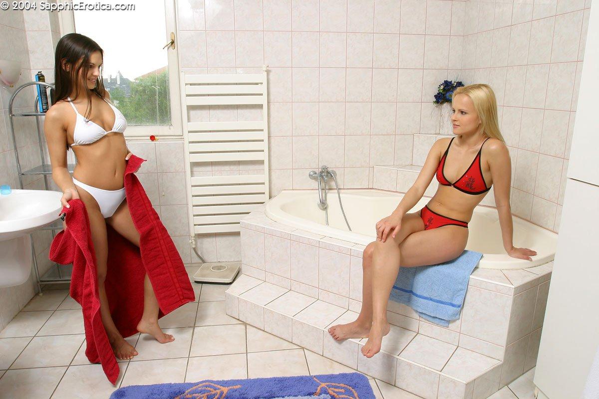 Шатенка Ева Ангел и светловолосая девушка Monica Sweet снимает нижнее белье под струями воды. Порно снимать.