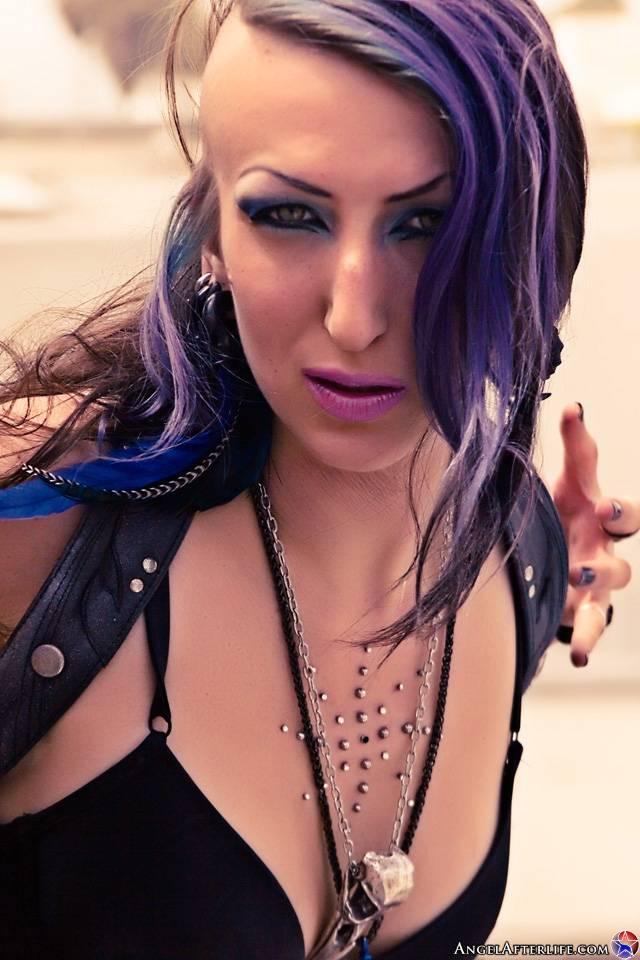 Сексуальная модель с темными волосами Alecia Afterlife красуется в одном только маленьком черном бикини. Порно сексуальный.