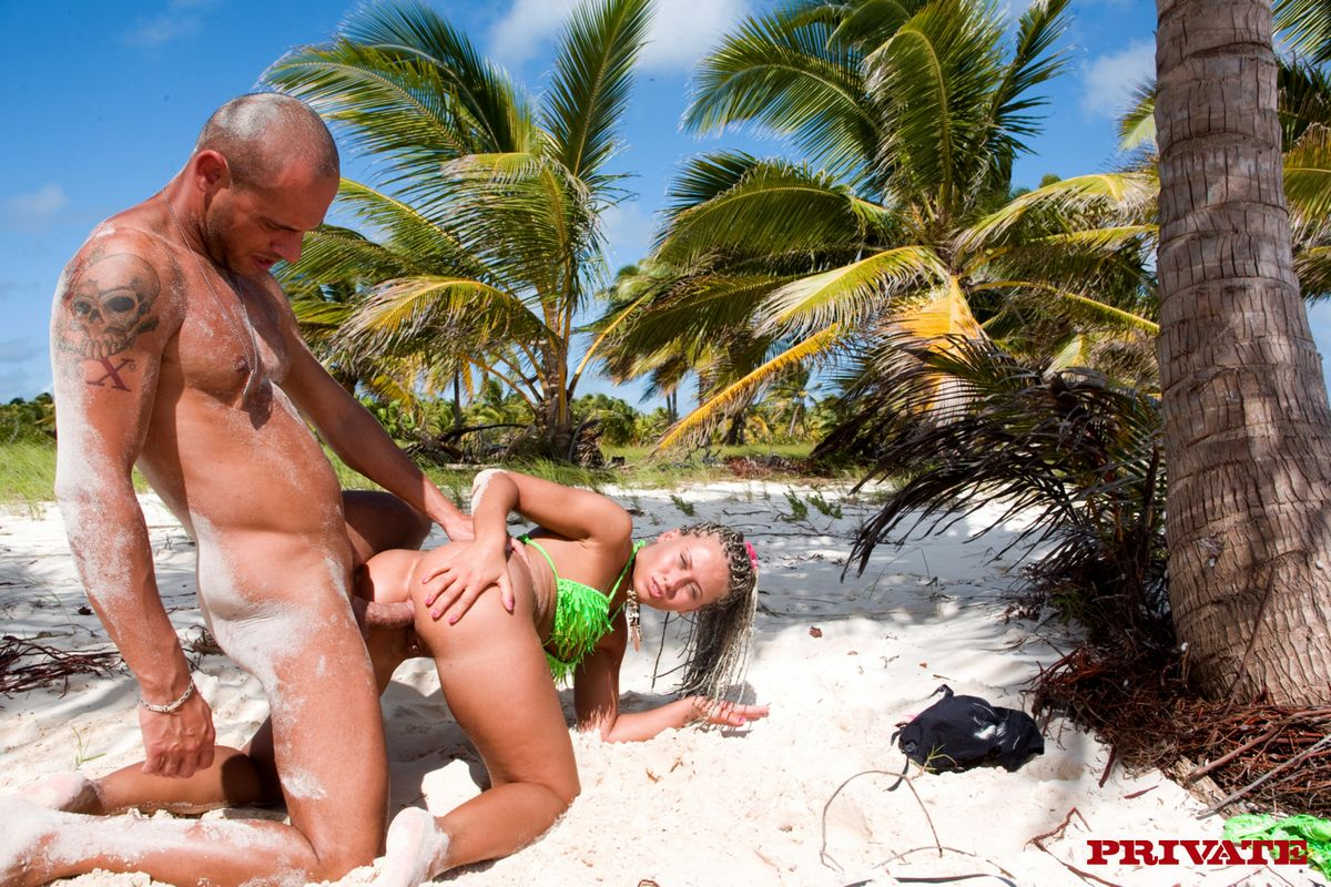Kathia Nobili и Nesty снимают свои бикини для позирования обнаженными и ебутся у моря. Порно nobili.