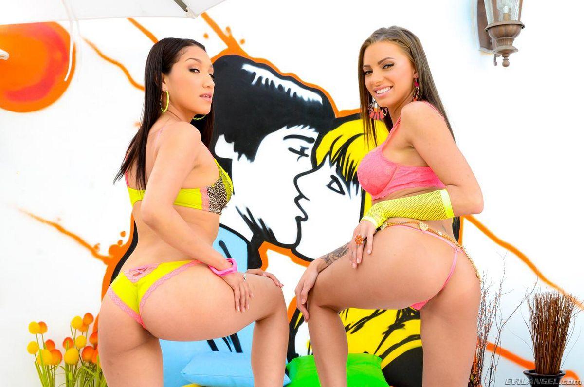 Привлекательные девахи в ярких бикини Джуэлз Вентура и Vicky Chase эротично раздевают друг друга. Порно друг.