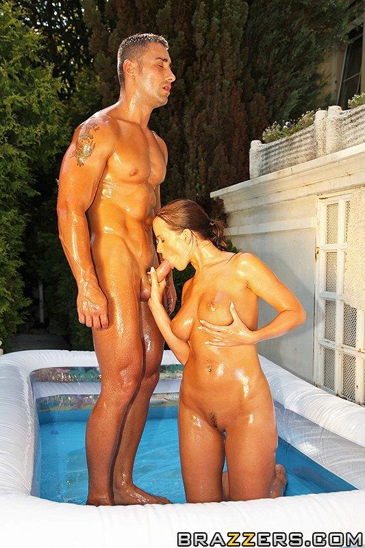 Намасленная черноволосая милашка Синди Доллар была оттрахана прямо у бассейна средь бела дня. Порно намаслить.