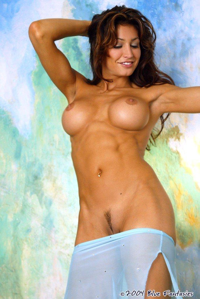 Огненная стройняшка Angela Taylor снимает свое полупрозрачное бикини. Порно Angela.