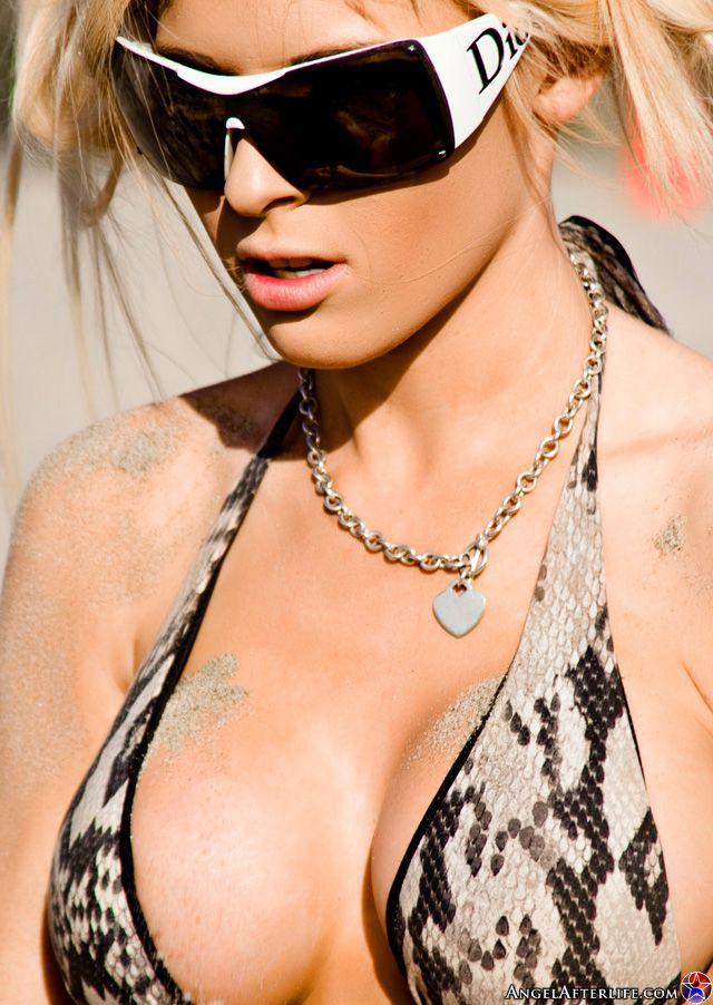Горячая титястая светлая порноактриса Kenzi Marie позирует в крошечном бикини у моря. Порно шикарный.