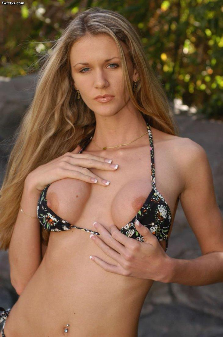 Своенравная светлая порноактриса Lacey Twistys снимает трусики. Порно светлый.