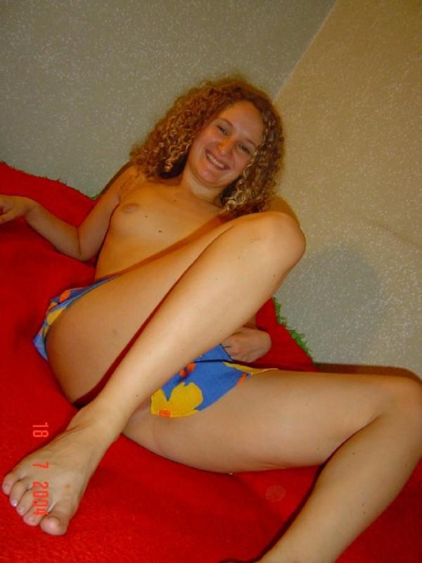 Алисия обнажает свои сиськи. Порно обнажать.