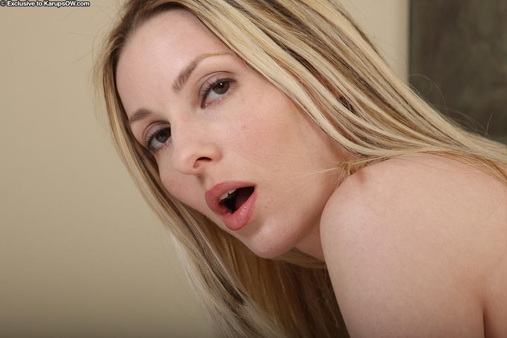 Блондиночка Alexis Taylor с мелкими сосками и тугой пиздой сосет писю и дает проколоть себя на светлой кровати. Порно тугой писькой.