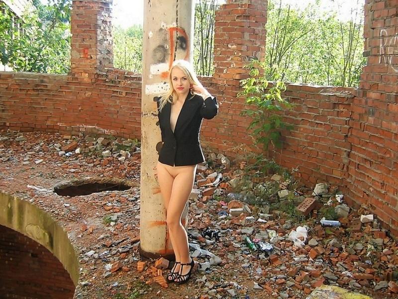 Блондинка снимает трусики в заброшенном здании. Порно блондинка.