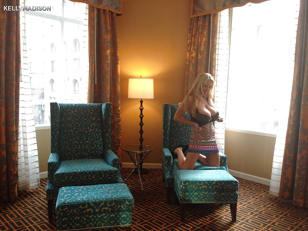 Светловолосая девушка с крупными буферами Kelly Madison скинула одежду в гостинице. Порно девушка.