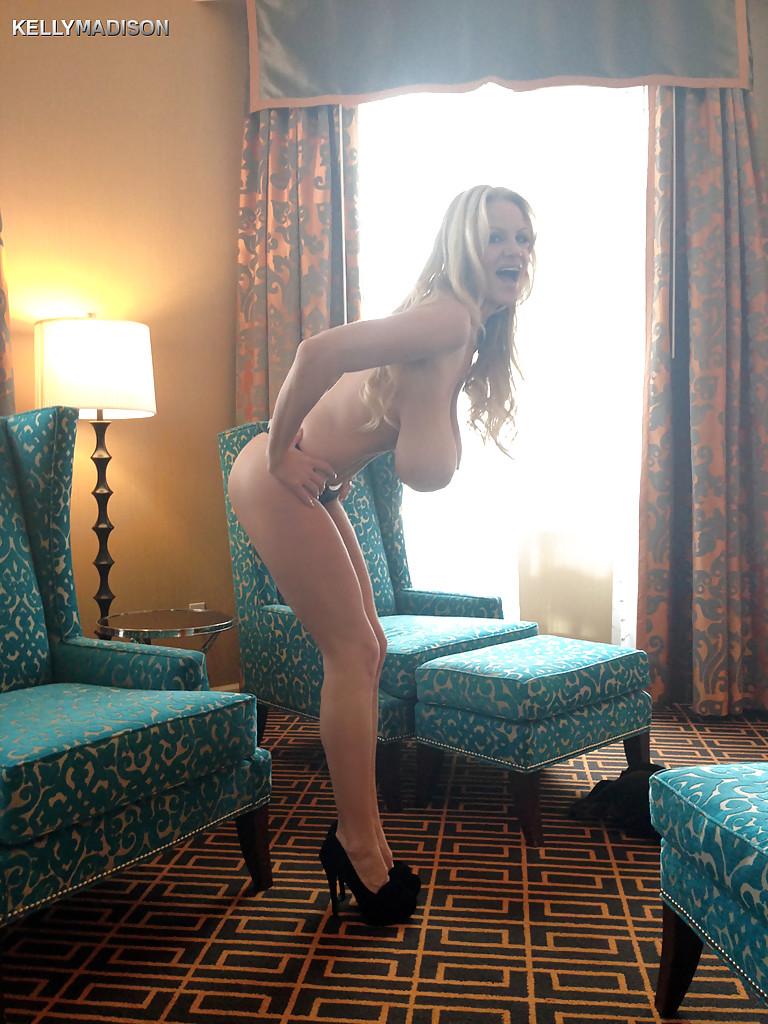 Светловолосая девушка с крупными буферами Kelly Madison скинула одежду в гостинице. Порно светловолосый.