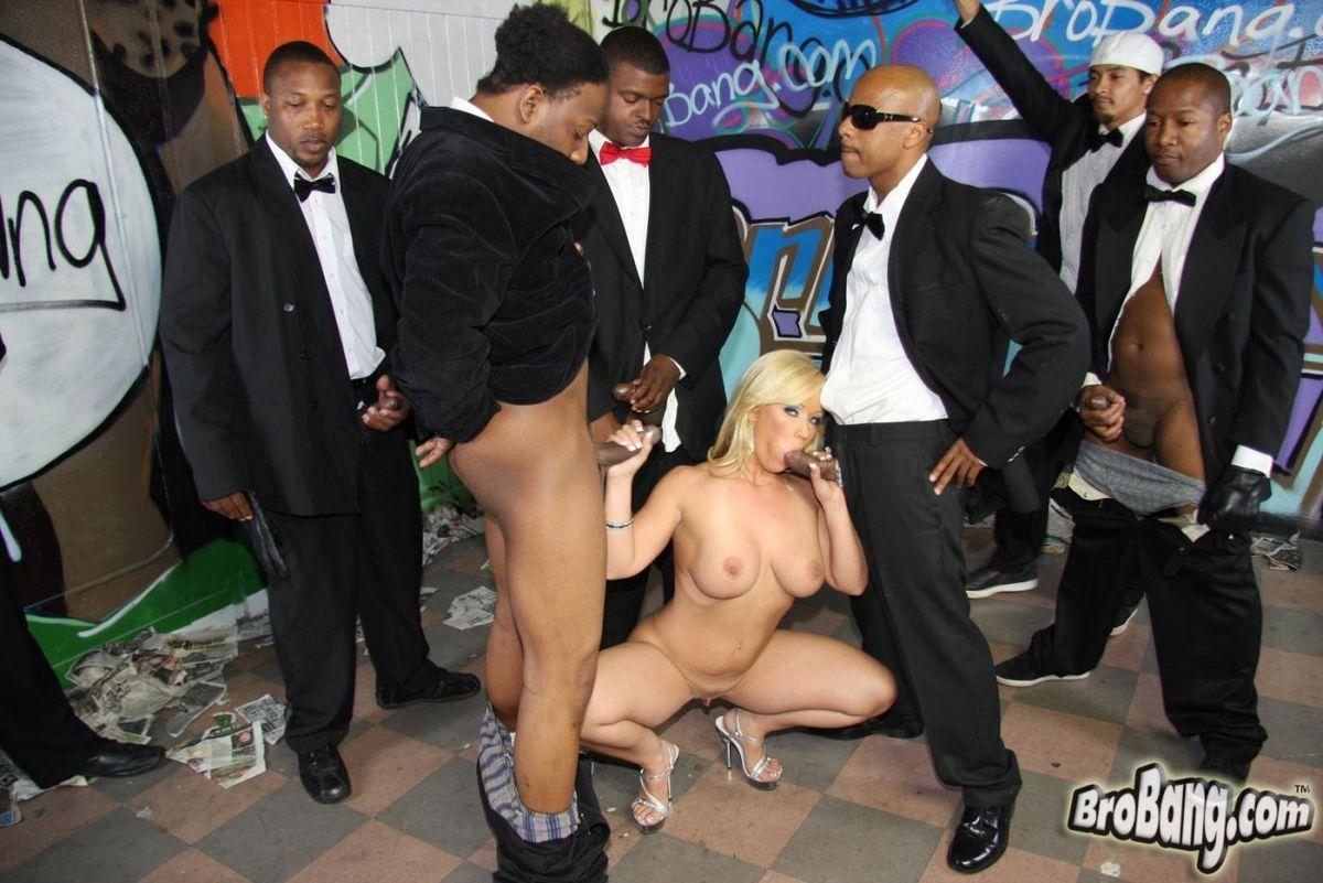 Блондиночка с большой жопой Остин Тейлор лижет немало черных хуев и оказывается облита их кончёй. Порно пенисов оказывается.