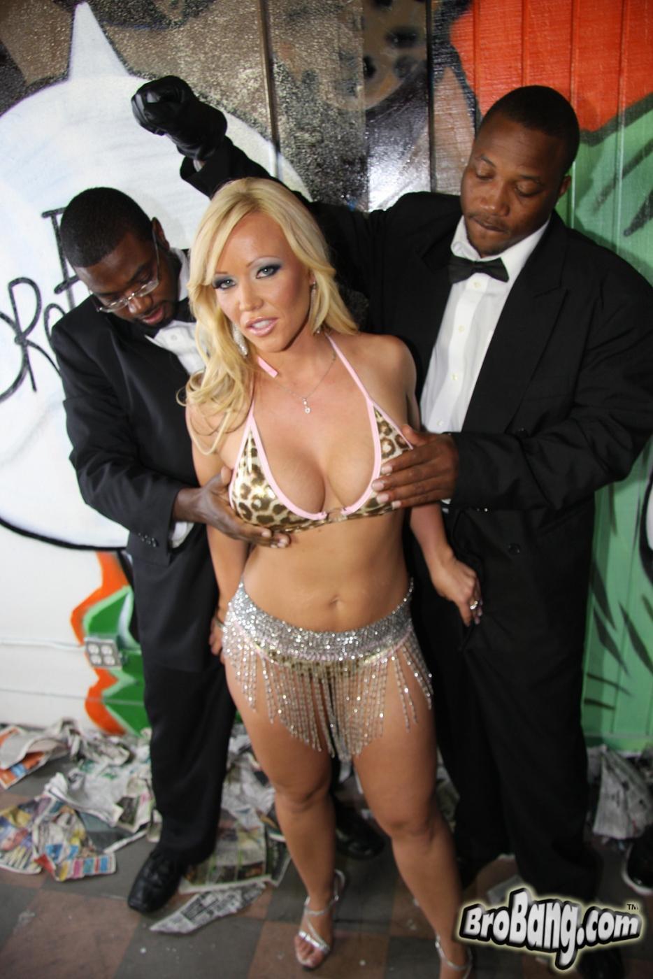 Блондиночка с большой жопой Остин Тейлор лижет немало черных хуев и оказывается облита их кончёй. Порно Austin.