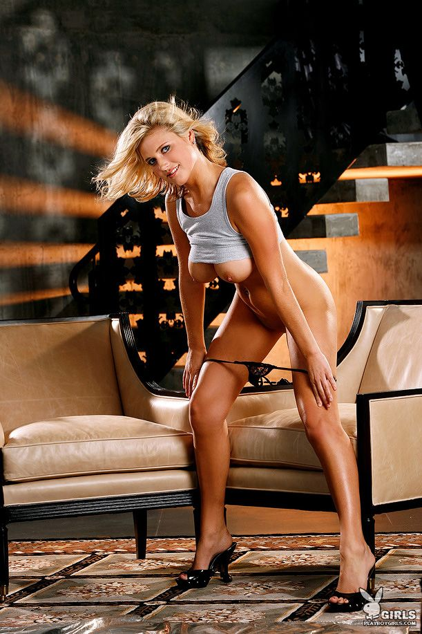 Светлая модель с крупными сиськами Alex Smyth сняла короткую юбку и возбуждающие трусы. Порно модель.