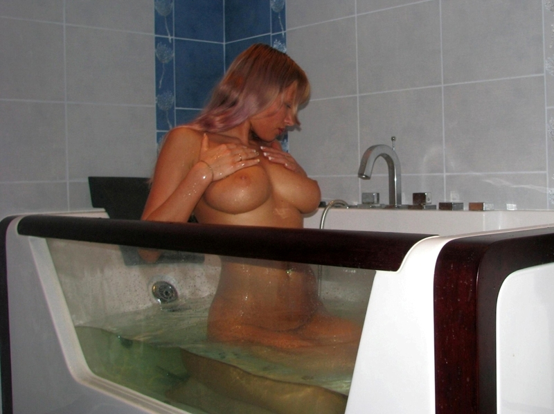 Блондиночка под струями воды помастурбировала. Порно струя.