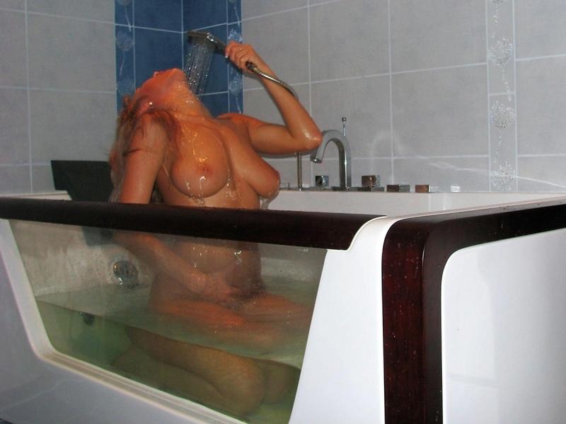 Блондиночка под струями воды помастурбировала. Порно блондиночка.