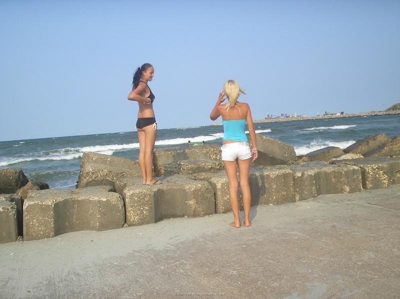 2е любовницы хвастают ухоженными попками на песке. Порно хвастать.
