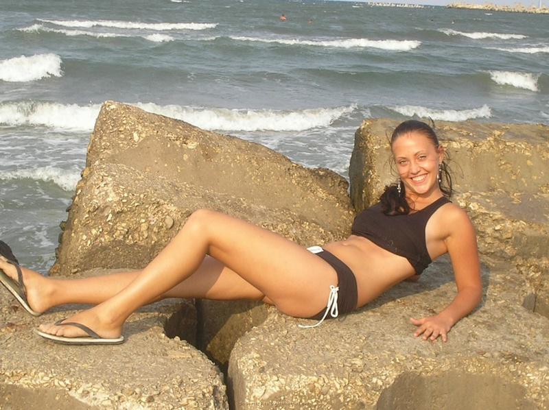 2е любовницы хвастают ухоженными попками на песке. Порно пляж.