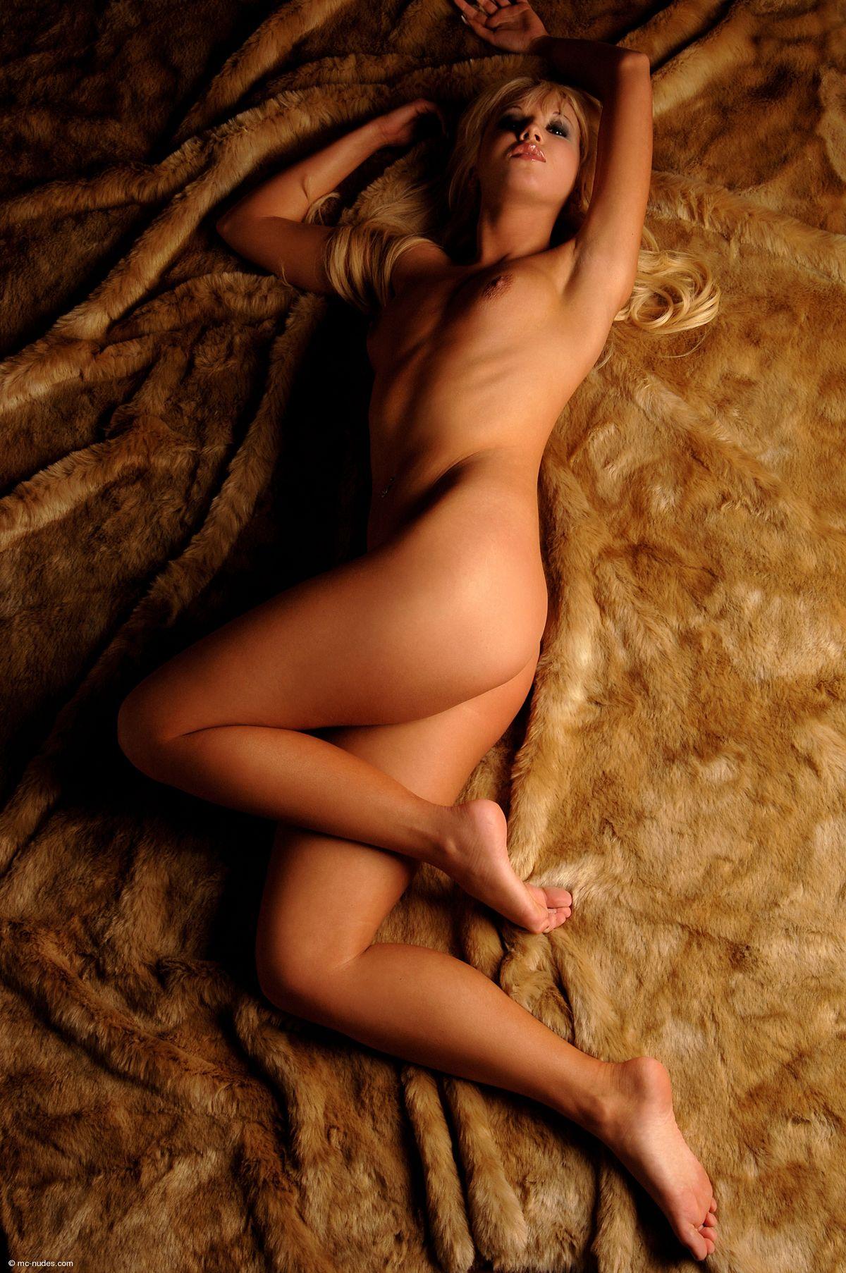 Голая блондиночка Китти Тоффи. Порно голый.
