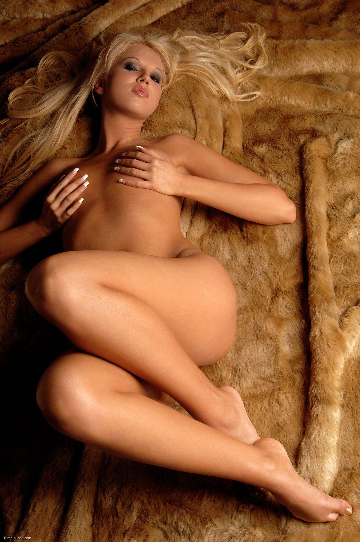 Голая блондиночка Китти Тоффи. Порно блондиночка.
