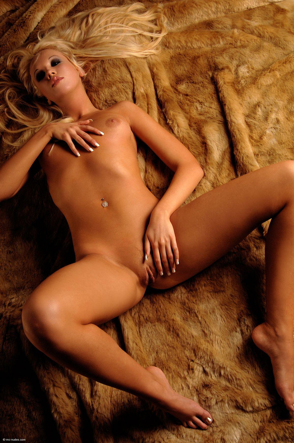 Голая блондиночка Китти Тоффи. Порно блондинка.