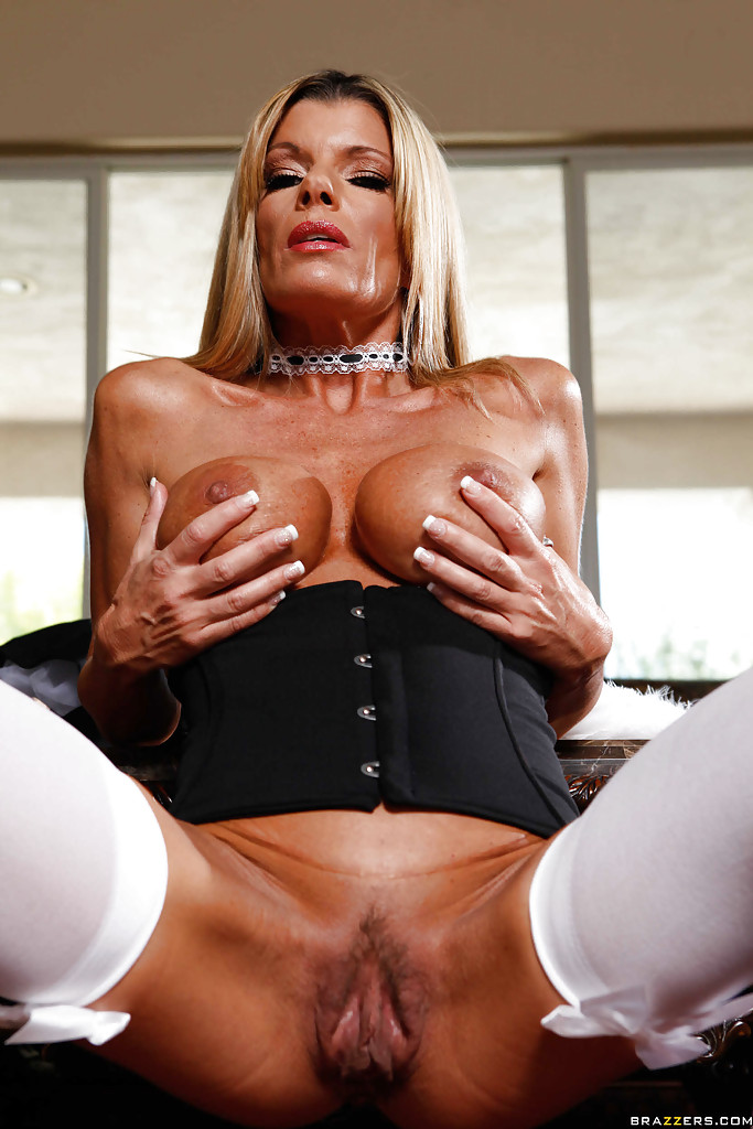 Kristal Summers в наряде горничной демонстрирует стриптиз. Порно Kristal.