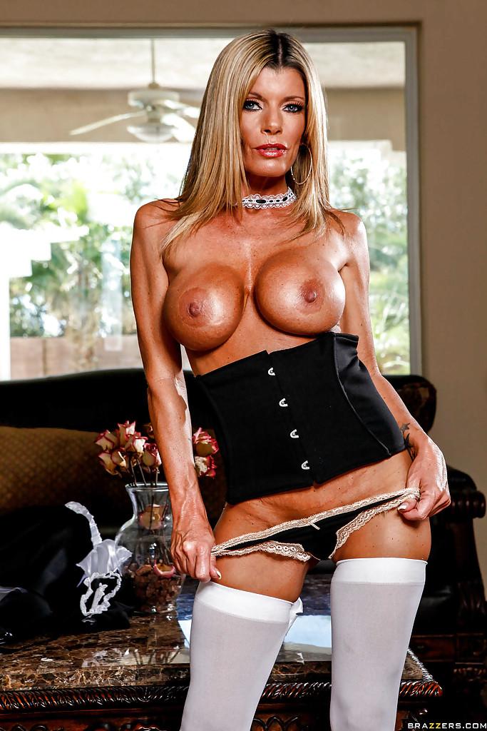 Kristal Summers в наряде горничной демонстрирует стриптиз. Порно Kristal Summers.