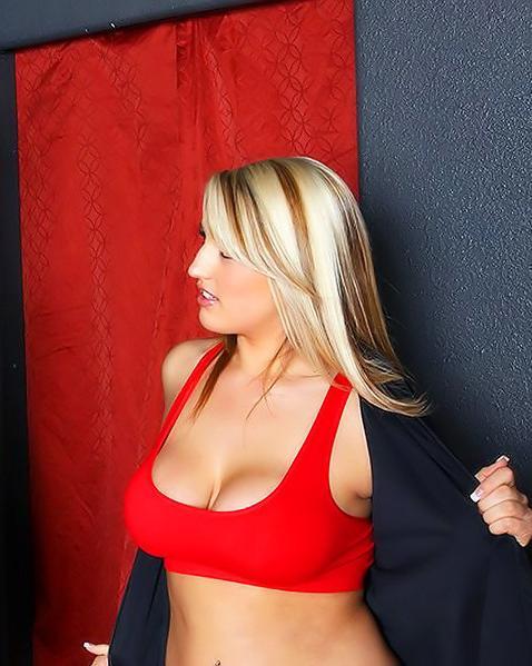 Привлекательна онанирует юнцу своими грудями и дает в киску. Порно грудями дает.