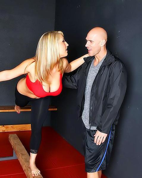 Привлекательна онанирует юнцу своими грудями и дает в киску. Порно привлекательный.