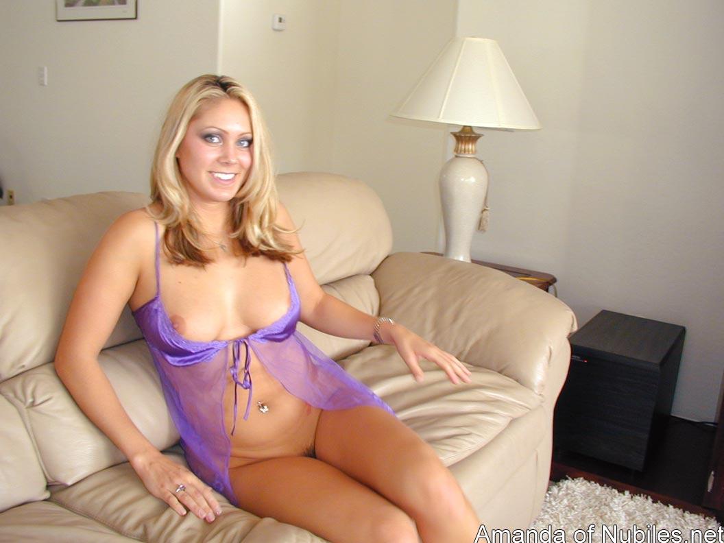 Негодная блондинка Amanda Nubiles красуется в прозрачной ночнушке и заработала немножко сливок на свой животик. Порно Amanda.