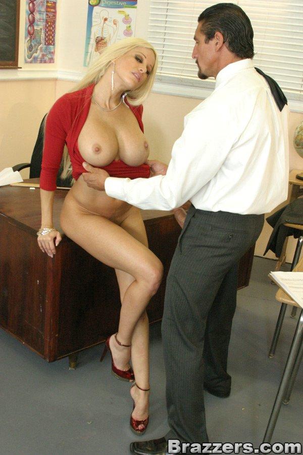 Невероятно классная блондиночка Джина Линн в красной блузке и черной юбочке насажена на пенис пацана. Порно невероятный.