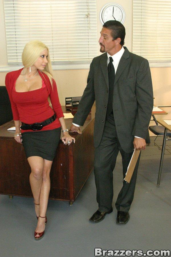 Невероятно классная блондиночка Джина Линн в красной блузке и черной юбочке насажена на пенис пацана. Порно юбке насажена.