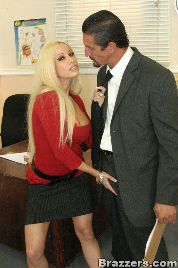Невероятно классная блондиночка Джина Линн в красной блузке и черной юбочке насажена на пенис пацана. Порно Gina.