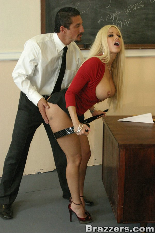 Невероятно классная блондиночка Джина Линн в красной блузке и черной юбочке насажена на пенис пацана. Порно классный.