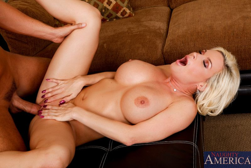 Грудастая блондиночка Даймонд Фокс делает минет и сношается в вагину. Порно писюн трахается.