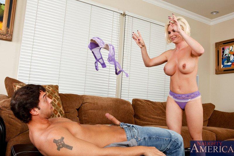 Грудастая блондиночка Даймонд Фокс делает минет и сношается в вагину. Порно грудастый.