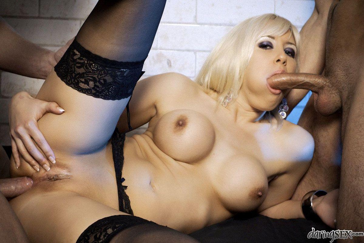 Сисястая блондиночка Karlie Simone выставляет напоказ чудеса порева с 2-мя хуями за раз. Порно блондиночка.